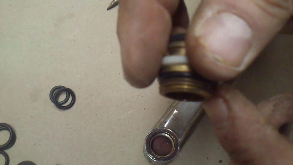 Уплотнитель при ремонте кнопочного переключателя душа в смесителе