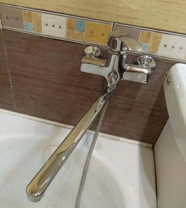 Смеситель Профсан ПСМ 777 установлен в ванной на стену